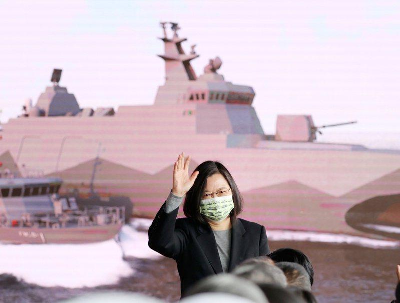 明年的廣義國防開銷,將高達5200億元左右。圖為蔡英文總統之前主持海軍沱江級巡邏艦量產型的第一艘下水典禮。圖/聯合報系資料照片