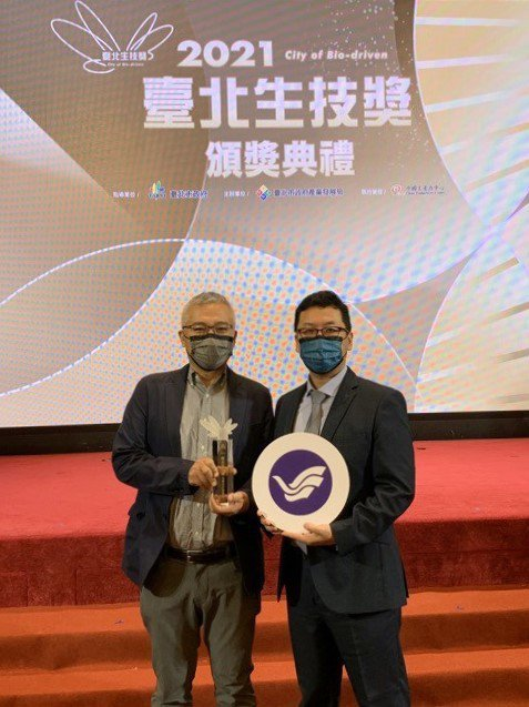 海大生科系林翰佳(右)與黃志清(左)研究團隊榮獲「2021臺北生技獎」技轉合作獎...