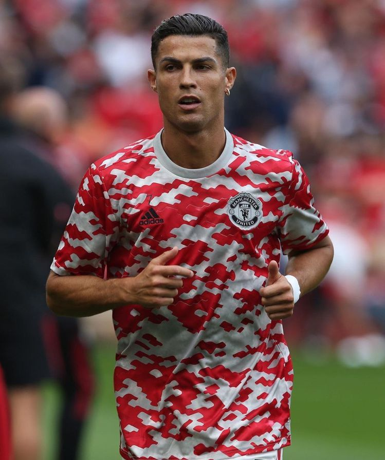 C羅回到曼聯,換上一頭帥氣的油頭,對比六月的歐洲杯和前陣子還在尤文圖斯的髮型,明...