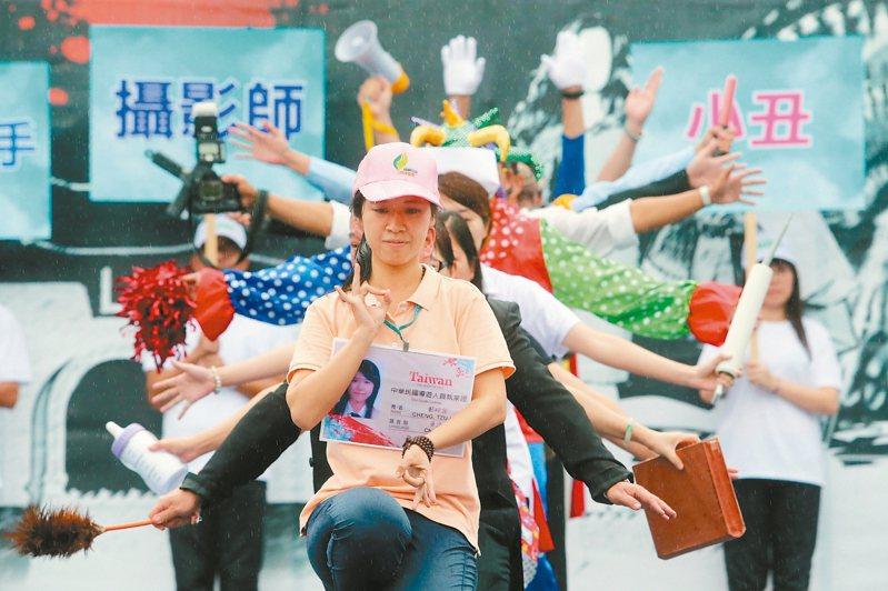 蔡政府上台後陸客來台緊縮,2016年9月12日旅遊業者昨舉行「百萬觀光產業自救大遊行」,以行動劇「千手觀音」形容導遊無所不包。圖/聯合報系資料照片