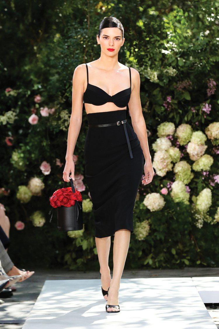 超模Kendall Jenner演繹MICHAEL KORS的2022春夏大秀。...