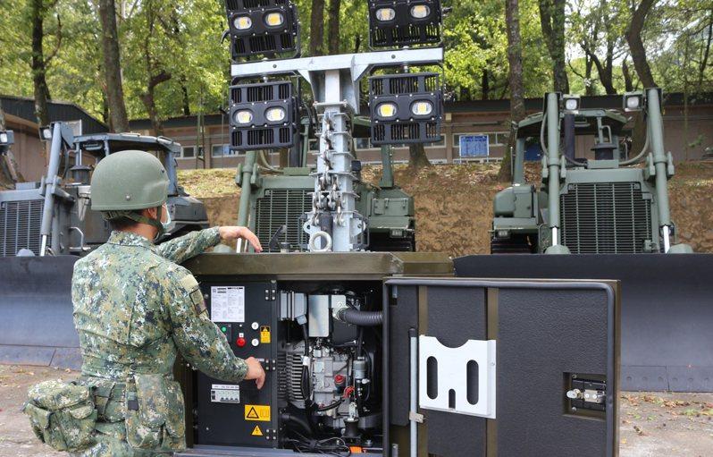 國軍第三作戰區因應防災,關指部工兵連實施照明尾車操作整備作業。圖/六軍團提供