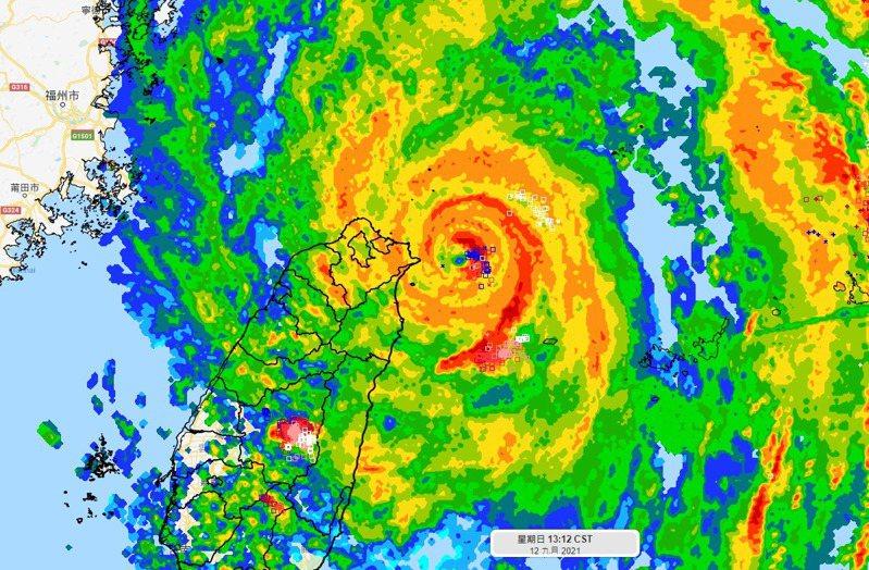 璨樹颱風中心距離東北角30公里。圖/取自「氣象達人彭啟明」臉書粉專