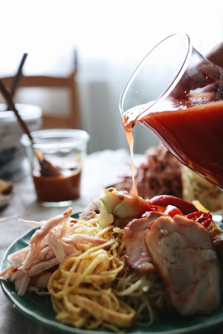 「野人煙燻冷拌麵」可選擇的醬料,也包括西餐概念的番茄冷湯。圖/Jimmy foo...