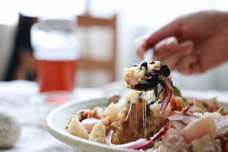 白飯、幾樣醃漬物與清爽的生食,加上一個生蛋黃,就是一碗黏糊糊的美味。圖/胭脂食品...
