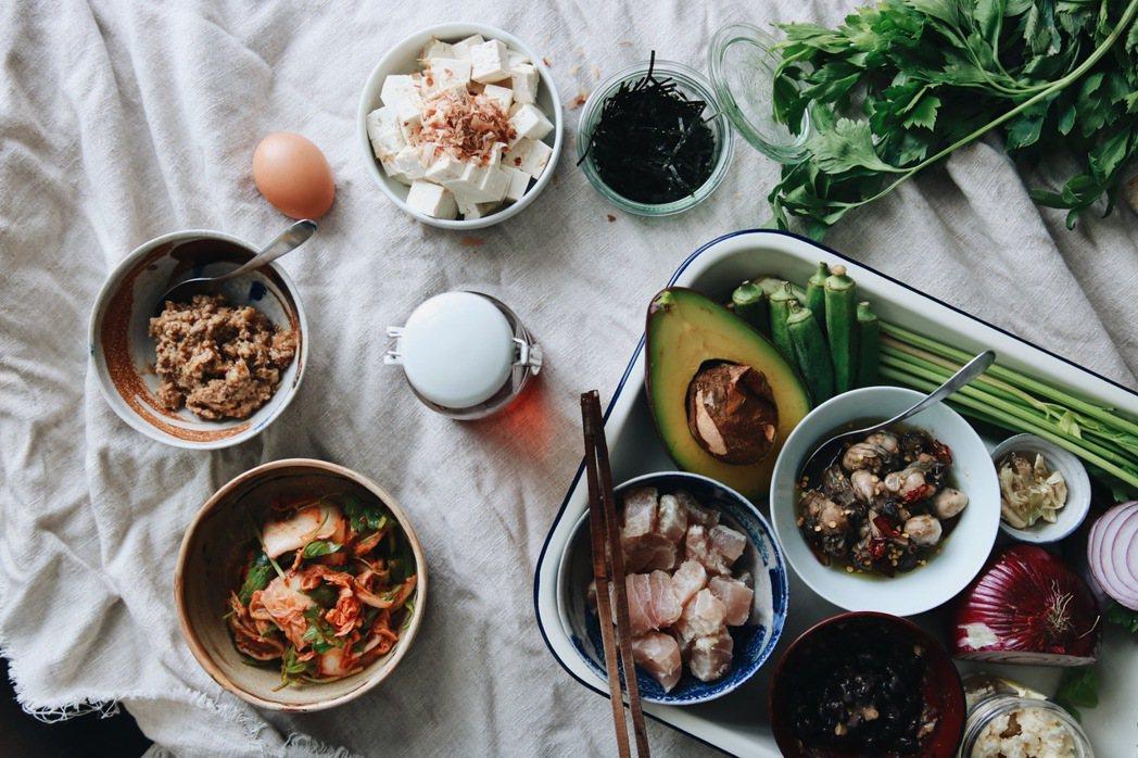 「トロトロ冷拌飯」共有10種配料可供選擇。圖/胭脂食品社提供。