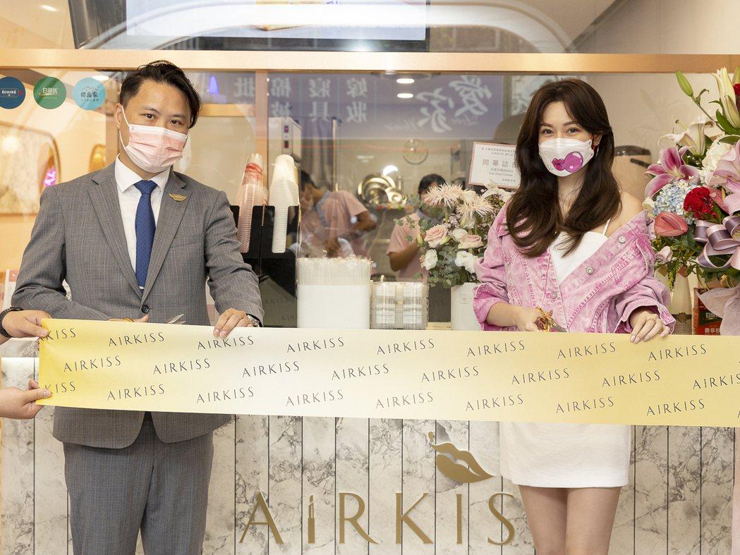 曾莞婷(右)手搖飲店開幕剪綵。圖/AirKiss飛吻茶飲提供