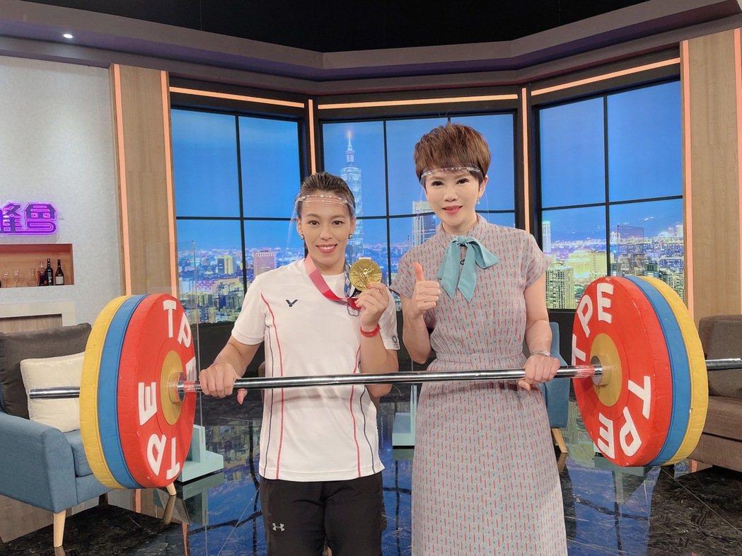郭婞淳帶著奧運金牌接受陳雅琳訪問。圖/華視提供