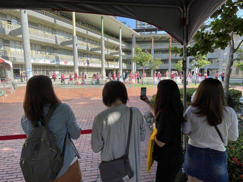 小朋友們戴著口罩在教室外走廊嘻笑追打,讓家長很為難,不知道該不該制止,防疫與人際關係孰輕孰重,很難權衡。示意圖。圖/聯合報系資料照片