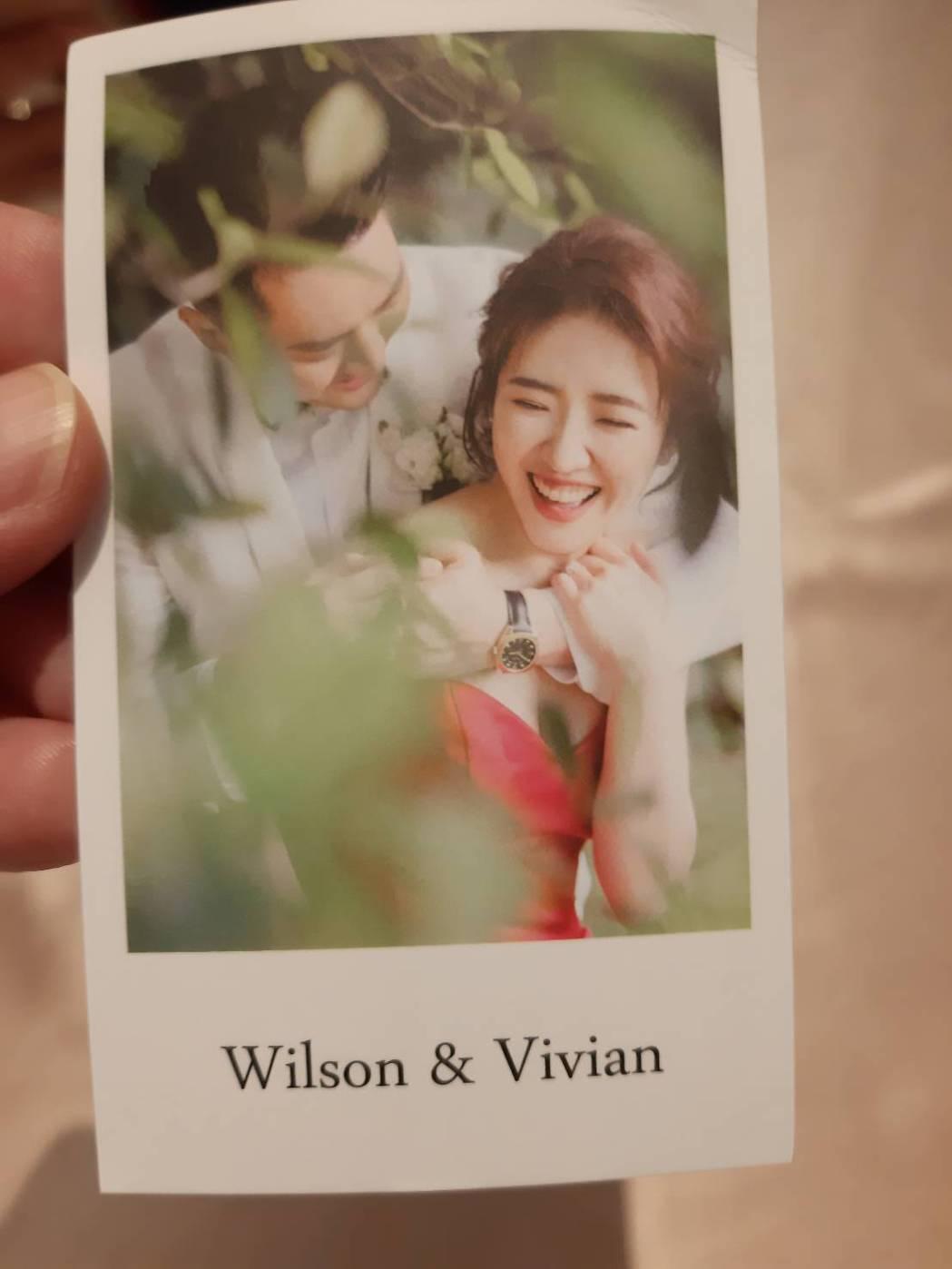Vivian(左)和老公Wilson的婚禮小卡。記者林怡秀/攝影