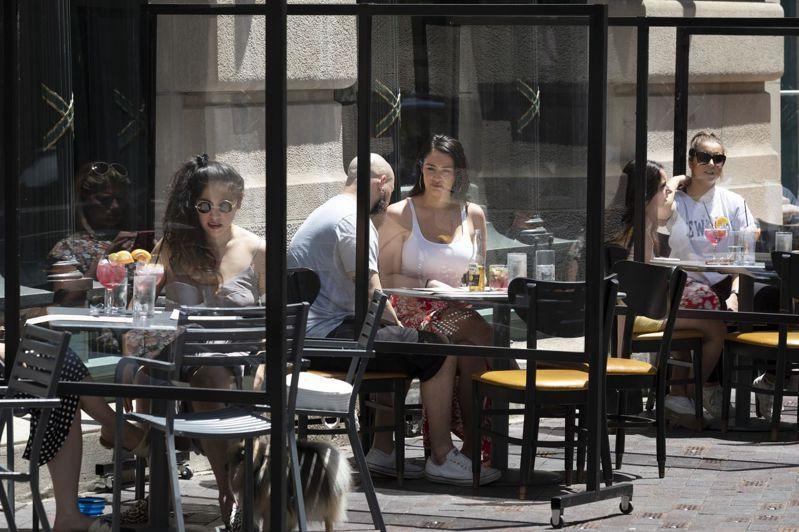 部分美國城市在疫情嚴重時限制不能在室內提供餐點,戶外用餐蔚為風潮。圖為波士頓一家餐館在人行道上設座。美聯社