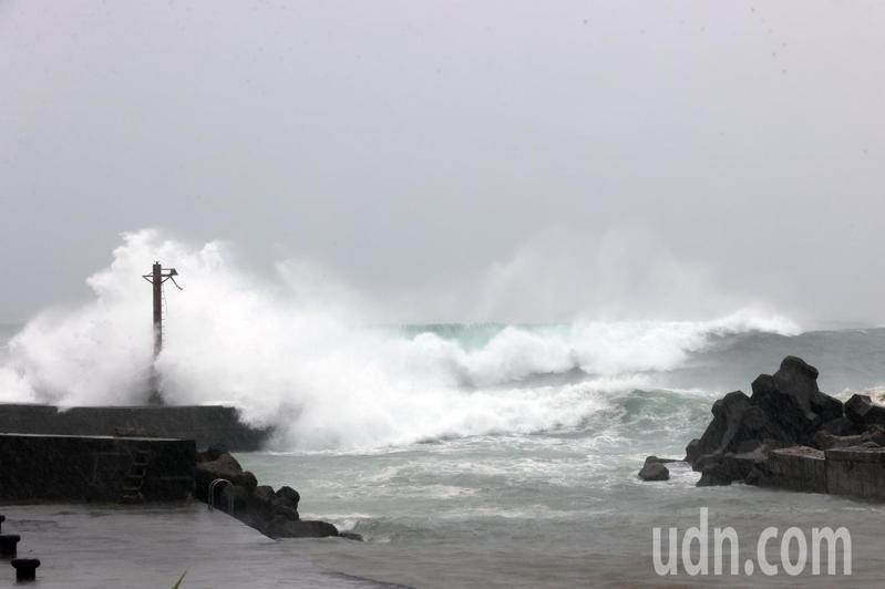 中颱璨樹帶來的強風豪雨在海邊掀起滔天巨浪。聯合報系資料照/記者許正宏攝影