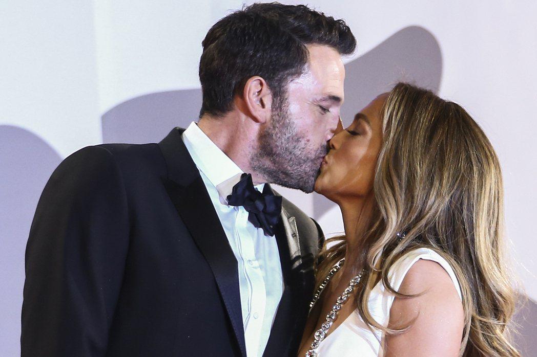 班艾佛列克(中)與珍妮佛洛佩茲在威尼斯影展紅毯上大方親吻。(美聯社資料照片)
