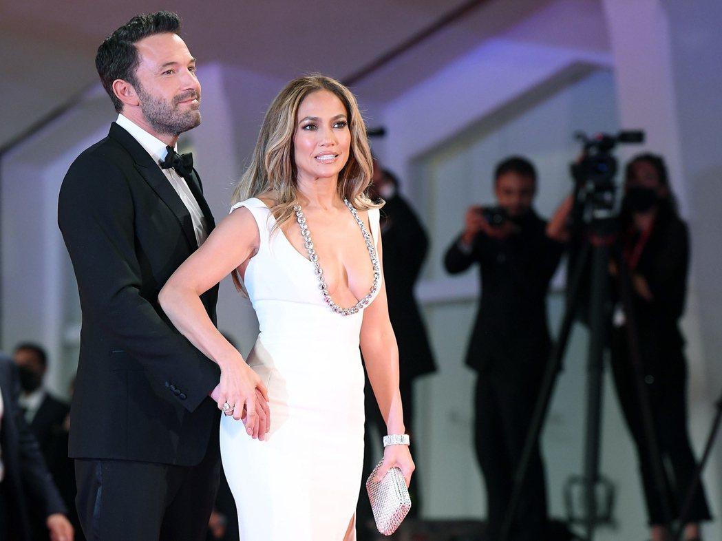 班艾佛列克(中)與珍妮佛洛佩茲成功藉用威尼斯影展,再次贏得各方注意。(歐新社資料...