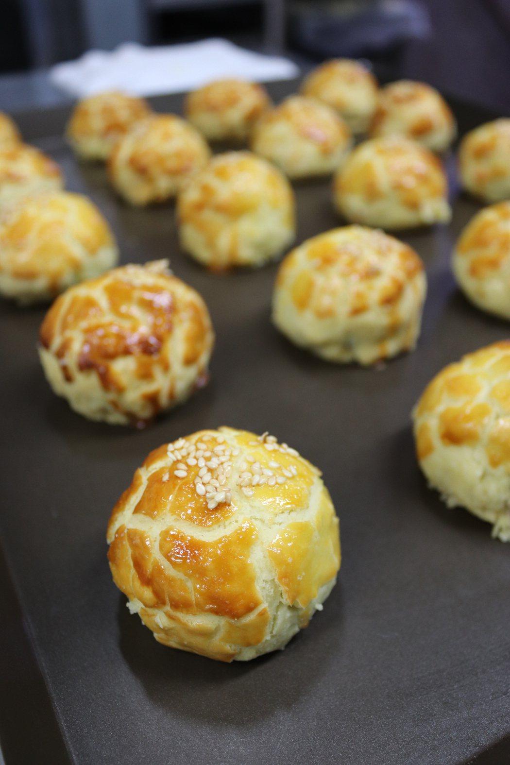 簡沛恩攜手冠軍主廚楊嘉明推出的「港式菠蘿蛋黃酥」。圖/楊嘉明烘焙所提供