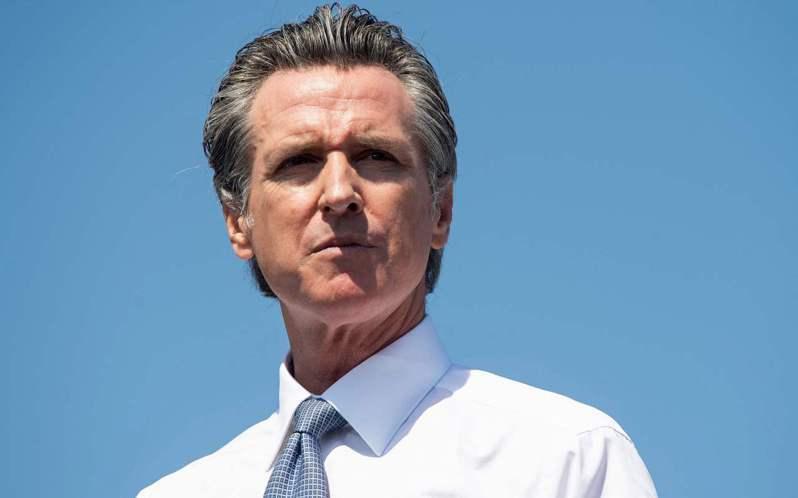 民調顯示加州州長紐森將挺過罷免危機,但他的陣營對選情仍不敢大意。法新社
