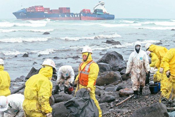 二○一六年三月「德翔台北」貨輪重油外溢,海洋遭到嚴重汙染,社會掀起「重視環境,永續未來」的省思。本報資料照片