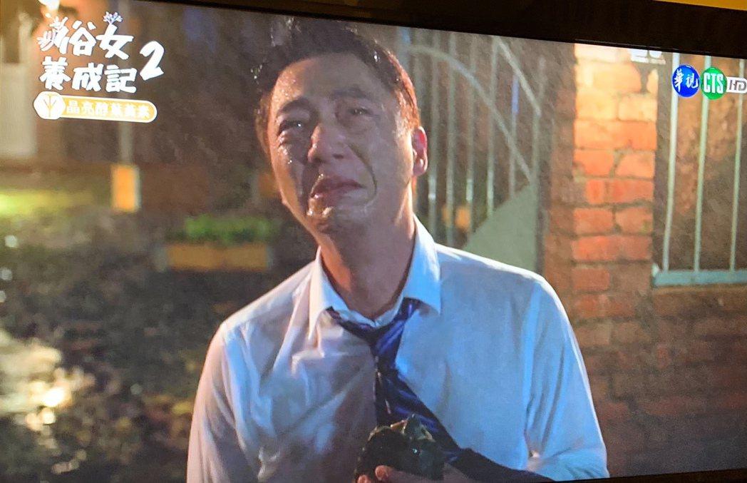 藍葦華飾演的蔡永森離開女友家,難過到雨中淚崩。圖/翻攝華視