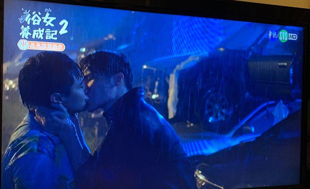 宋偉恩(右)、楊銘威在「俗女養成記2」中雨中一吻。圖/翻攝華視