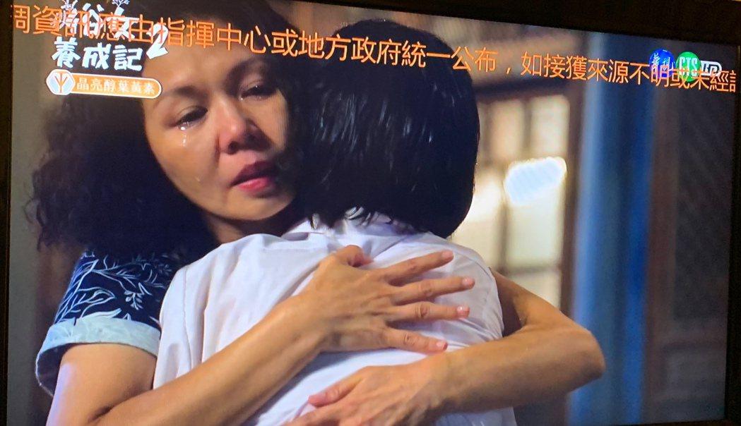 嘉玲媽(于子育飾)抱著小嘉玲(吳以涵飾)痛哭。圖/翻攝華視