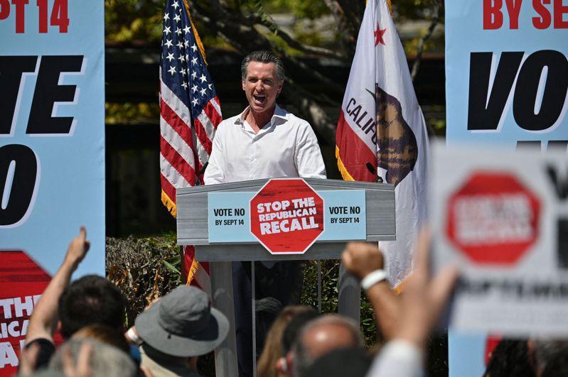 面臨罷免投票的加州州長紐森四日在庫爾富市造勢大會上發表演說。(法新社)