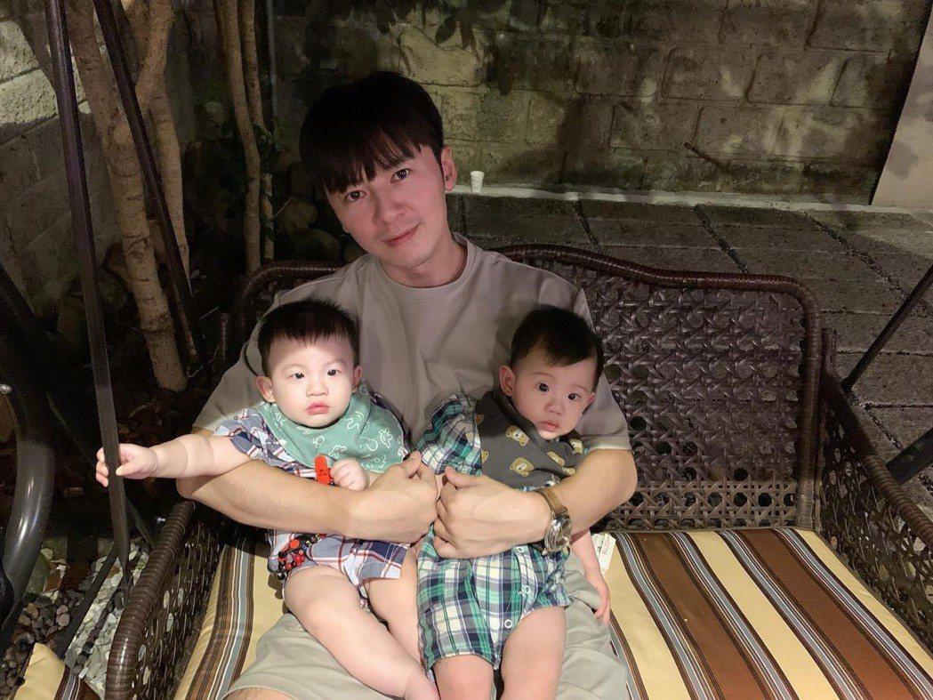 李國毅抱兩娃,引來網友恭喜聲。圖/摘自臉書