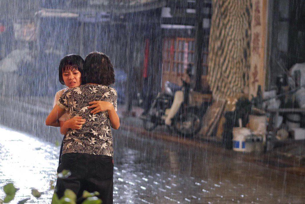 小嘉玲在公車上遇到性騷擾後,回家被媽媽發現,這一幕很催淚。 圖/擷自吳以涵臉書