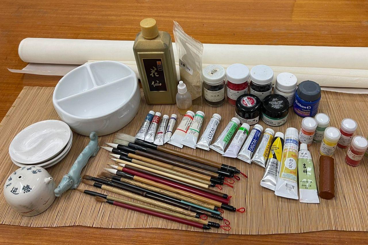 工筆畫會使用到的工具:蟬衣宣、絹布、墨、礦物顏料、水干顏料、水彩顏料、膠水、毛筆...