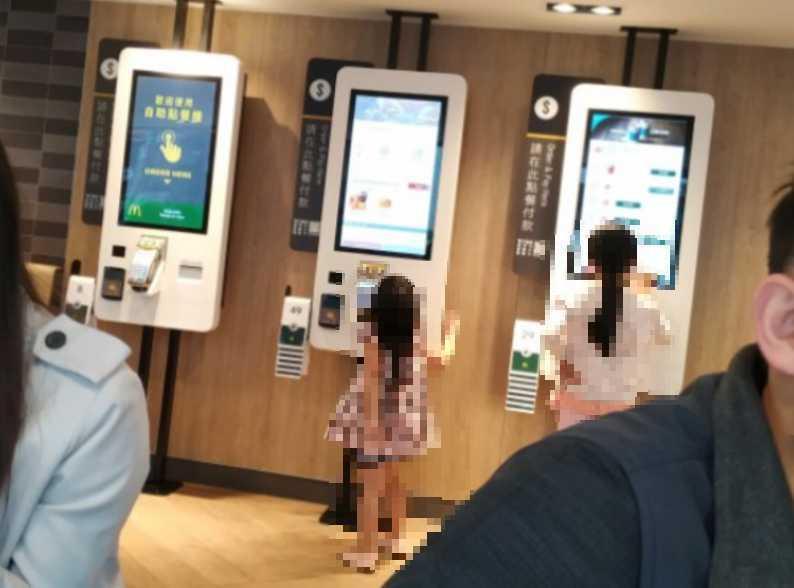 網友發現有兩個小朋友亂玩點餐機,家長卻不制止。圖/取自爆料公社