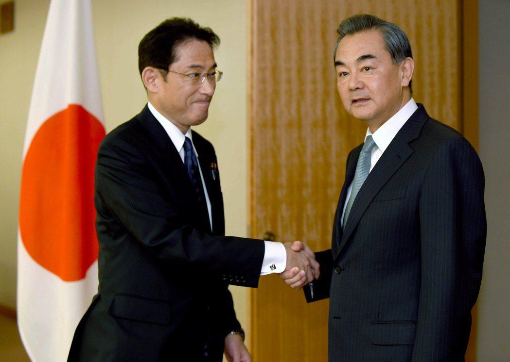 2016年,時任外相岸田文雄在東京接待中國外交部長王毅。 圖/路透社