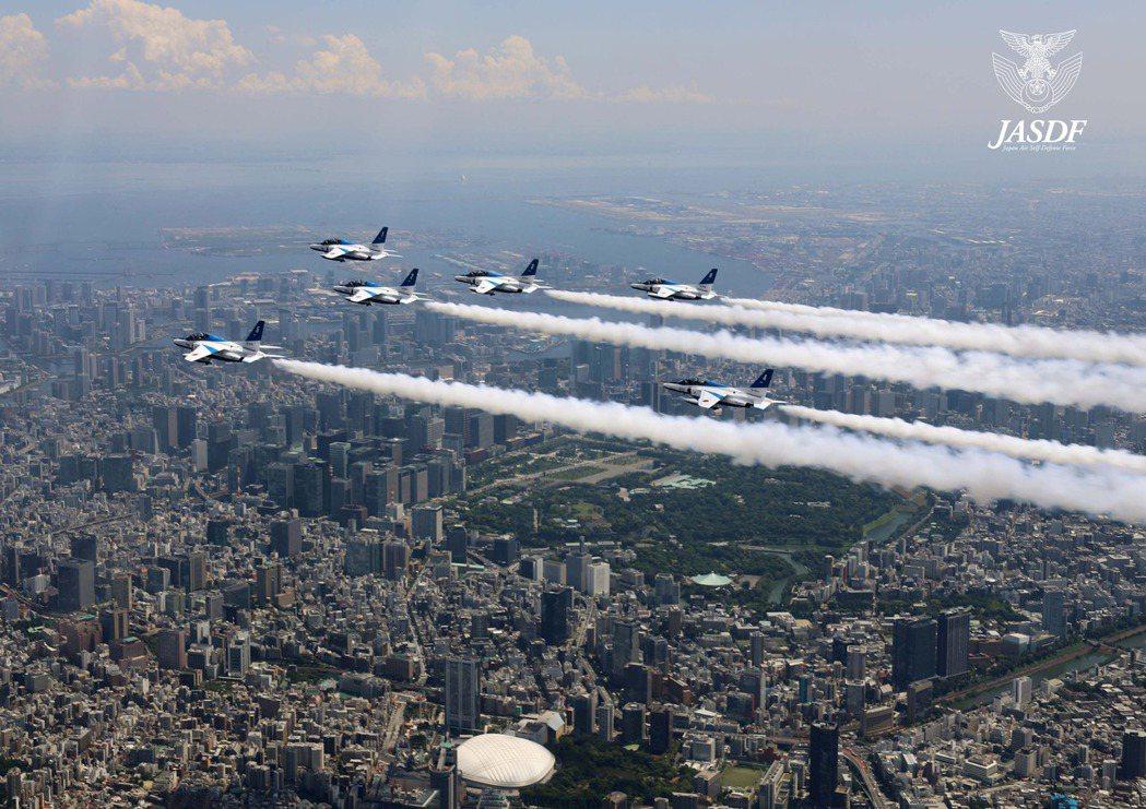 圖為在奧運期間大出風頭的「藍色衝擊波飛行表演隊」。 圖/日本航空自衛隊,