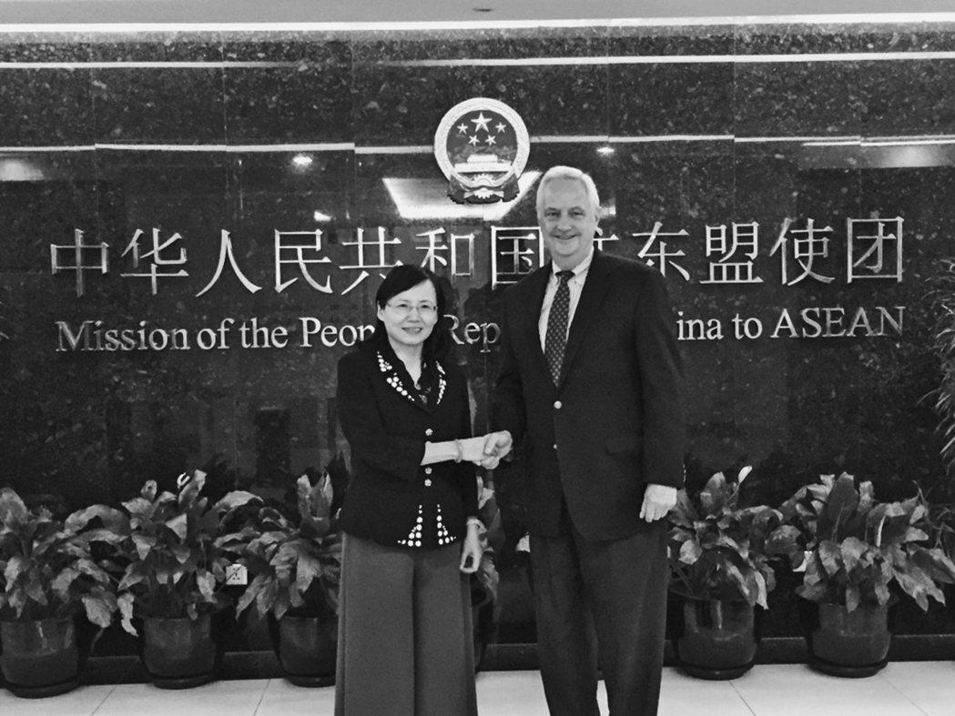 沈大偉與中國駐東協使團公使銜參贊蔣勤合影於雅加達。 圖/沈大偉提供