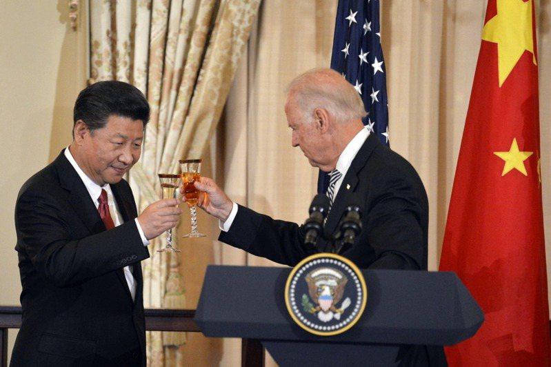 2015年,時任美國副總統拜登迎接訪美的習近平。 圖/路透社
