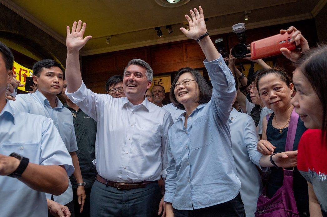 總統蔡英文(右)與領銜提案《台北法》的美國聯邦參議員柯瑞・賈德納(左)。 圖/蔡英文推特