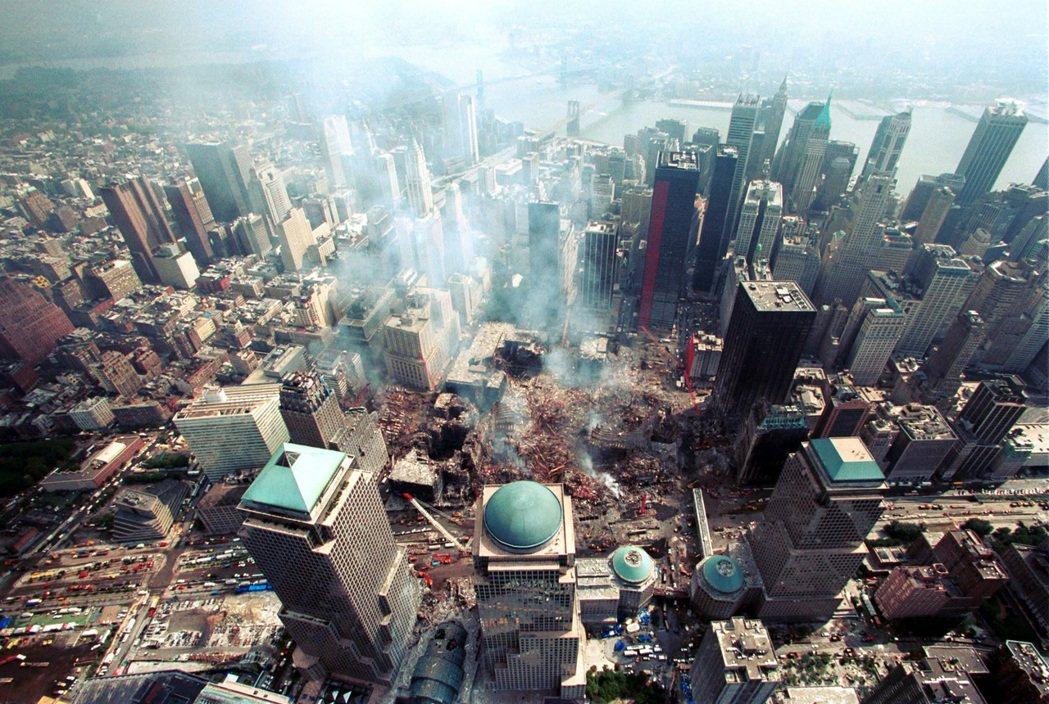 在世貿中心的2,753名死者中,除了兩架飛機上的乘員與雙塔裡的上班族外,還有40...