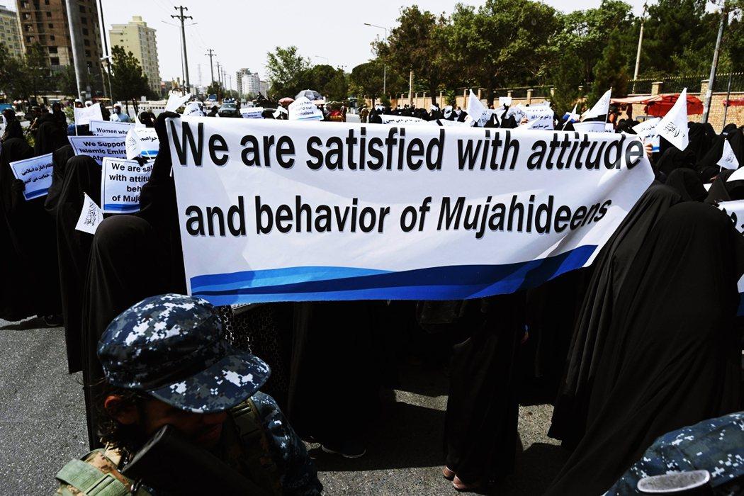 有人高舉標語「我們對聖戰士的態度與行為都感到滿意」、更有人直指西方國家只相信自己...