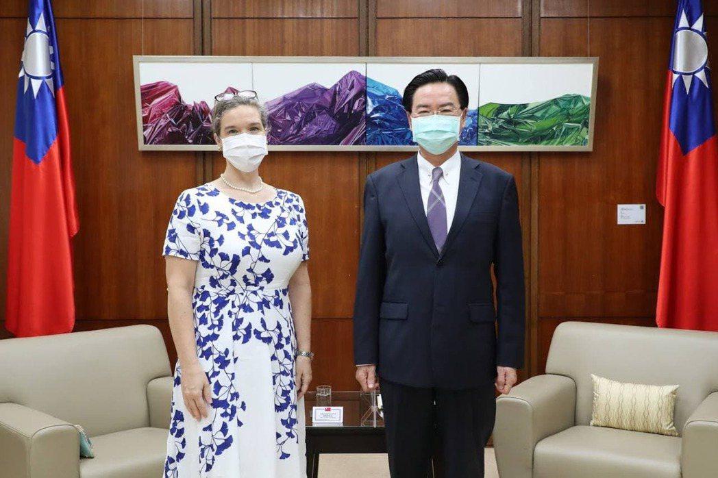 日前外交部長吳釗燮(右)與美國在台協會台北辦事處(AIT/T)新任處長孫曉雅會晤。 圖/外交部