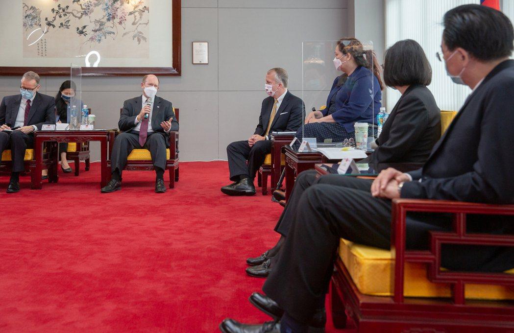 美國參議員譚美、蘇利文及昆斯6月搭乘軍用戰略戰術運輸機C-17抵達松機,蔡英文總統接見。 圖/總統府