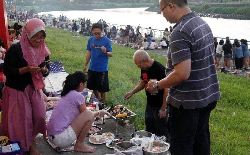 柯文天表示,北市府沒有要開放河濱烤肉,柯重申,重點不是烤肉,重點是群聚。圖為2019年民眾在台北基隆河河濱公園烤肉。圖/聯合報系資料照