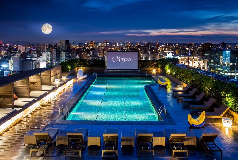 池畔星空電影院,晴朗夜裡可同時賞月。 台北晶華/提供