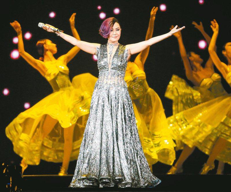 江蕙9月13日晚間封麥演唱會最終場,她忍著哽咽唱快歌,「我最後一次為你們唱歌」。圖/聯合報系資料照片