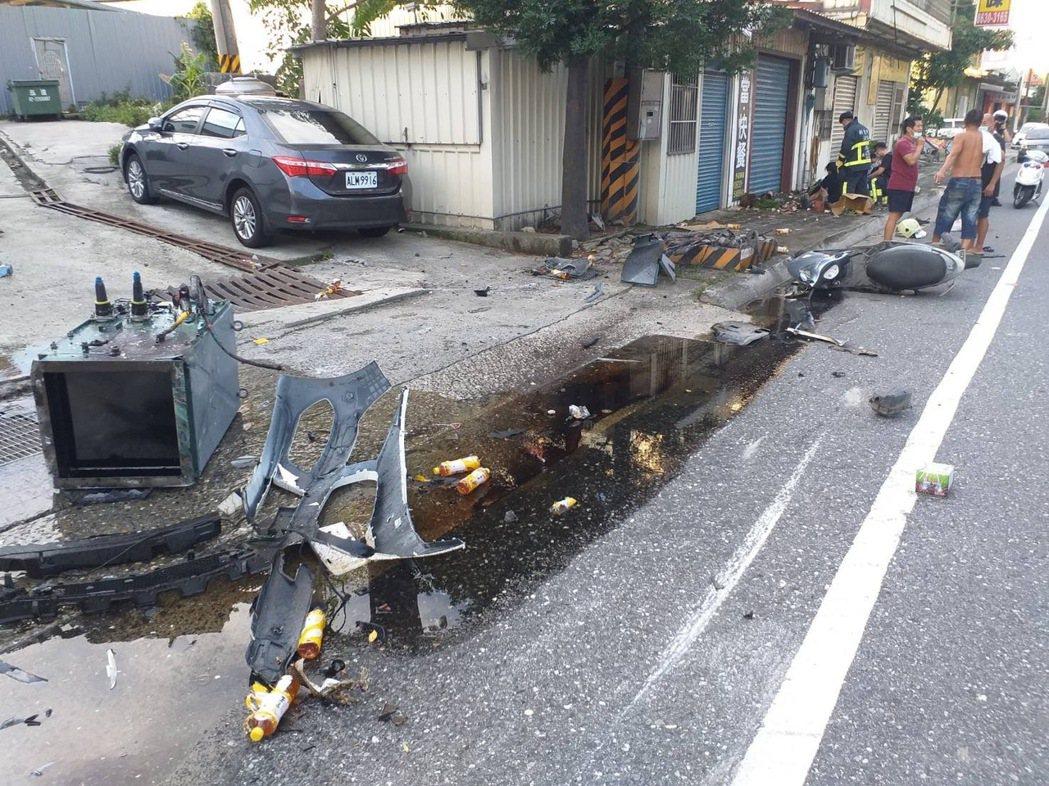 路旁變電箱被整個撞斷。記者林昭彰/翻攝