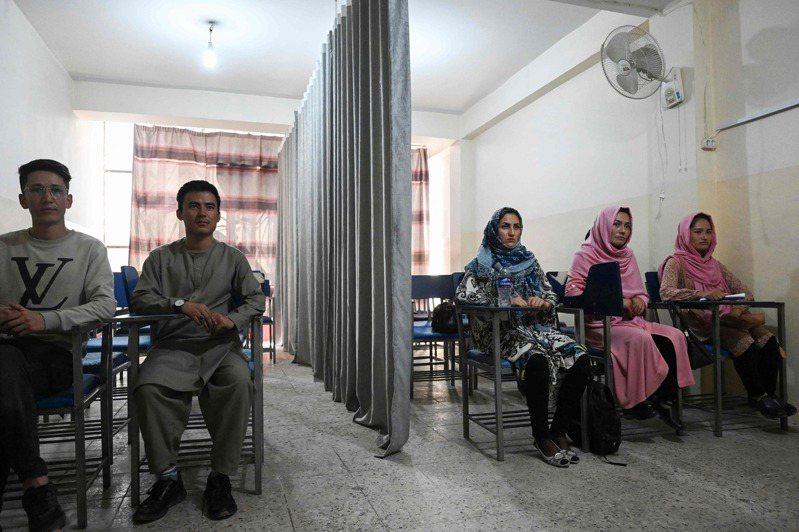 根據英國BBC報導,神學士表示未來阿富汗的大學將按性別分隔開,並將引入新的「服儀要求」。法新社