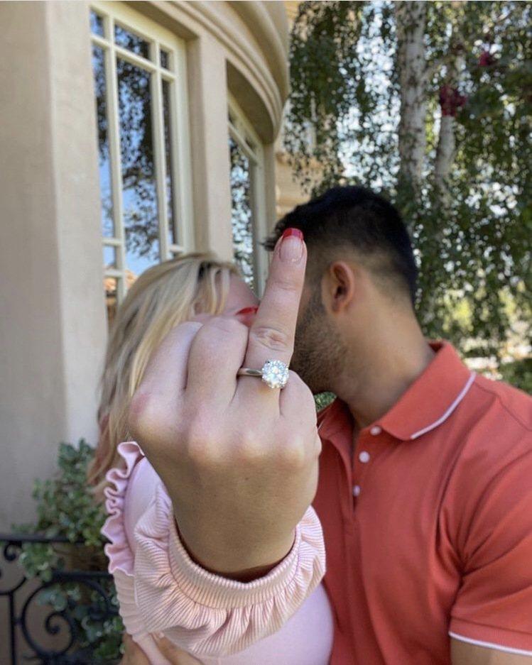 「小甜甜」布蘭妮在IG上宣布訂婚喜訊,新郎獻上訂製的4克拉鑽戒。圖/摘自IG @...