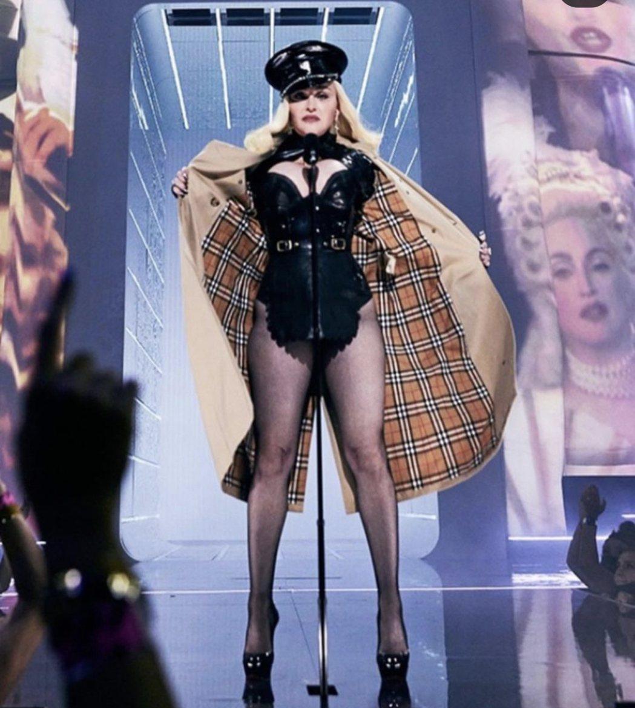 瑪丹娜在台上脫下風衣,露出性感皮衣皮褲造型。圖/摘自IG