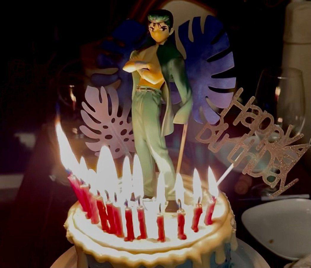 LEE的生日蛋糕上有最喜歡的漫畫「幽遊白書」主角浦飯幽助。圖/環球音樂提供