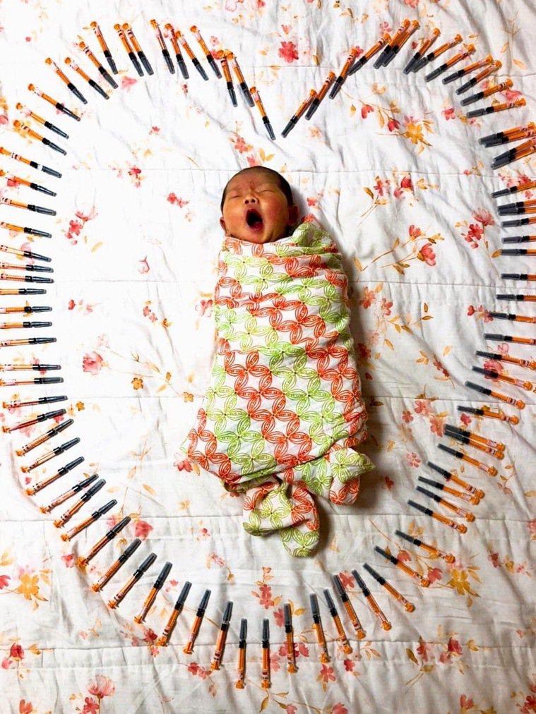 宋小姐孕期間施打肝素,直到孩子順利產下,特別將針劑與寶寶合影,紀念孕產期的艱難歷...