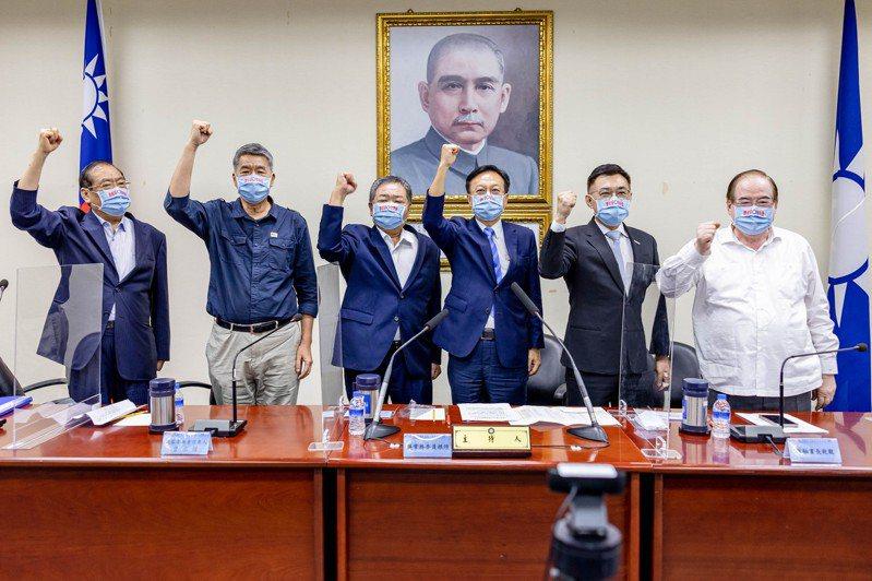 國民黨中常會政見發表會結束後,3位黨主席候選人江啟臣(右2)、卓伯源(右3)、張亞中(左2)現場喊團結合照,獨缺朱立倫。圖/國民黨提供