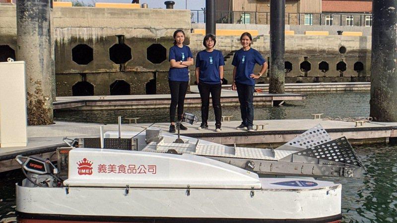 台灣湛藍海洋聯盟3位合夥成員與最新亮相的2.5代湛鬥機 。左起為專案經理張瑜珺、執行長陳思穎及營運長曾鈺婷。圖/湛團隊提供