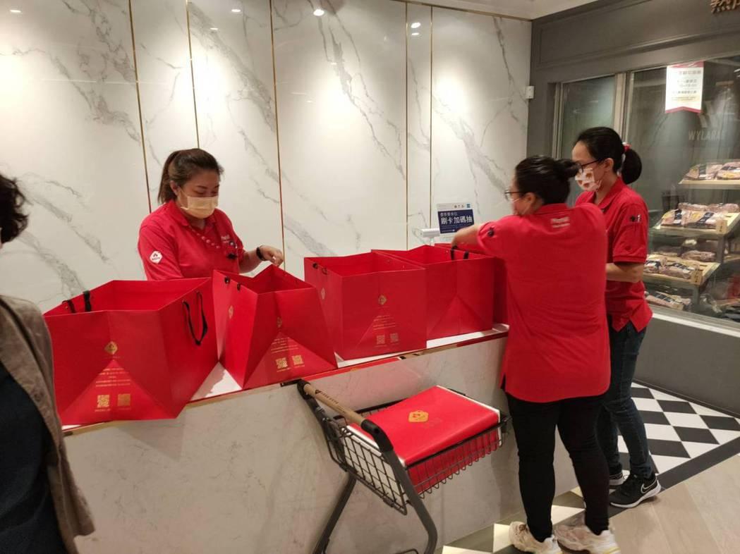 台中市雖有「禁烤令」但是美福集團旗下的精品超市「美福食集」,卻看好高端消費市場,...
